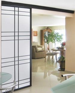 Porte coulissante modèle Akita - Par Espace et Mieux-Être, conception et installation d'aménagements sur mesure depuis 1984