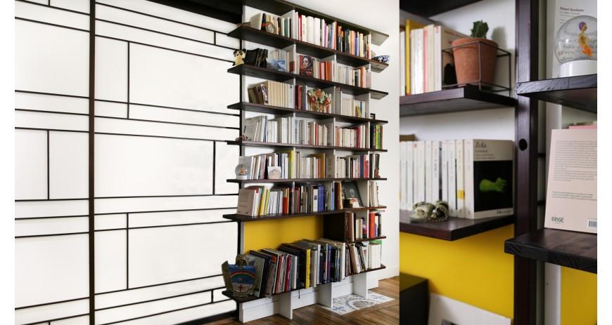 Meuble avec portes coulissantes et bibliothèque murale